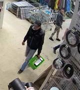 Gdańska policja poszukuje dwóch mężczyzn i kobiety. Mogą mieć związek z kradzieżą sprzętu z jednego ze sklepów. Rozpoznajesz ich?