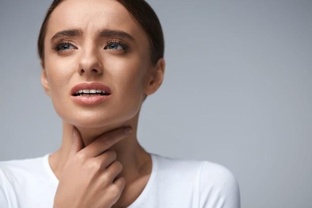 Alergia krzyżowa często powoduje objawy takie jak podrażnienie ust i przełyku, opuchliznę gardła, a nawet duszność.