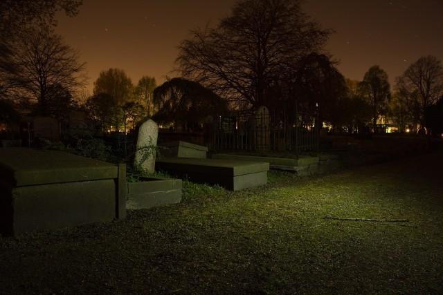 Inowrocławska policja w sierpniu tego roku została powiadomiona o znieważeniu miejsca spoczynku mężczyzny na cmentarzu poprzez polewanie jego grobu różnymi substancjami