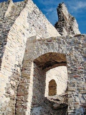 Ubiegłoroczne dofinansowanie z MKiDN pozwoliło gminie Krzeszowice na zabezpieczenie m.in. bastei bramnej, fragmentu zamku górnego i Baszty Nawojowej Fot. Piotr Subik