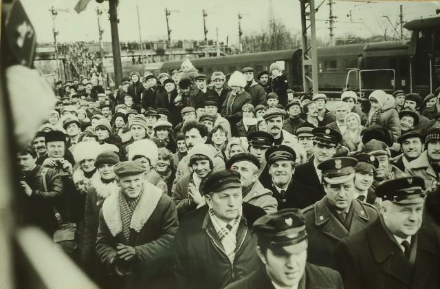 Na pierwszy pociąg elektryczny oczekiwało mnóstwo ludzi