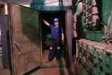 Koniec kopalni Piekary. W opuszczonych budynkach zostały ślady po górnikach. Fotoreportaż Arka Goli