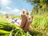 Pokaż stopy! 10 niezawodnych sposobów na piękne i gładkie stopy nie tylko latem – sprawdź, jak o nie zadbać!