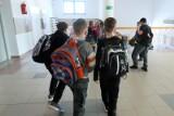 Jaki plecak wybrać dla ucznia i jak go prawidłowo nosić, aby uniknąć wad postawy. Plecak, tornister a może plecak-walizka na kółkach?