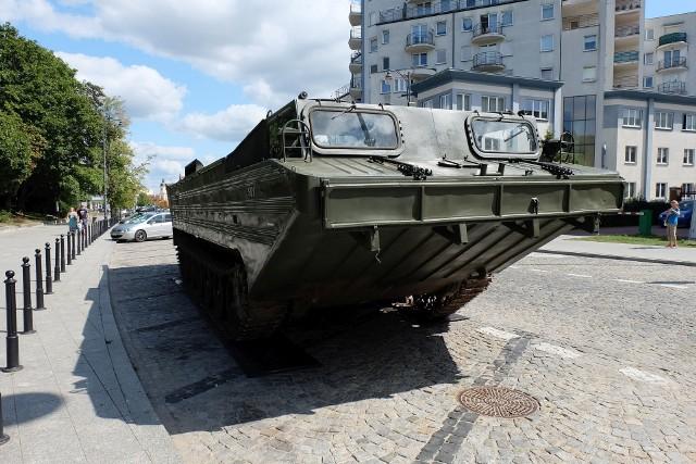 Amfibia PTS-M w centrum Białegostoku. Ciężki sprzęt wojskowy stoi na Marjańskiego