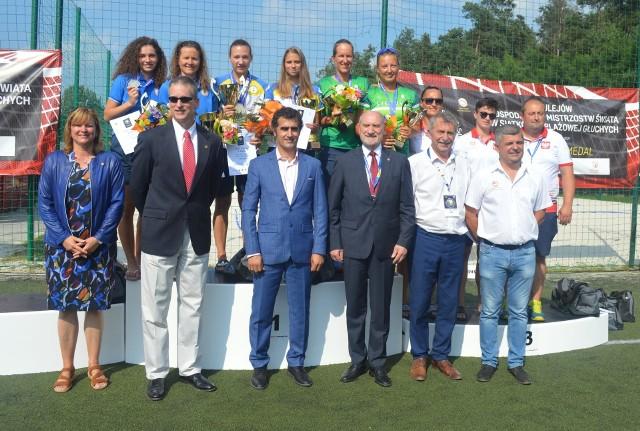 Organizatorzy, oficjele i medalistki mistrzostw świata w siatkówce plażowej