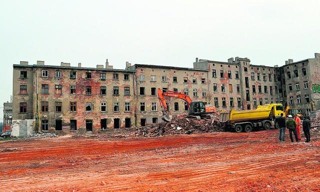 Miejskie kamienice zostały zburzone, pozostały prywatne, w równie nieciekawym stanie.