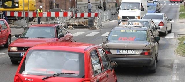 Kierowcy zmuszeni są jeździć naprzemiennie po ul. Armii Krajowej.