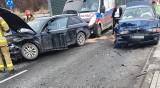 Wypadek w Wodzisławiu. Kierowca BMW zderzył się z audi. Auta zablokowały przejazd