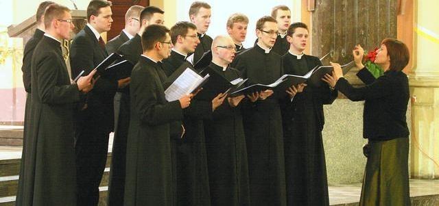 Chór Schola Wyższego Seminarium Duchownego w Bydgoszczy. Grupa młodych i zdolnych kleryków pod wodzą dyrygentki Katarzyny Szewczyk.