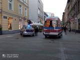 Mężczyzna upadł na ulicy w centrum Poznania. Strażnicy miejscy chwalą przechodniów, którzy pospieszyli mu z pomocą
