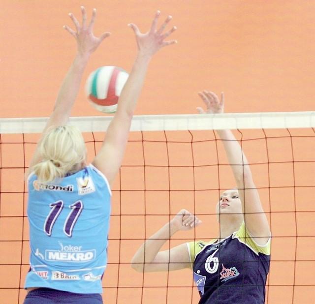 Po grze w Słupsku w turnieju prezydenta słupskie zawodniczki wracają do rozgrywek ligowych. Po drugiej stronie siatki Anita Olszonowicz.