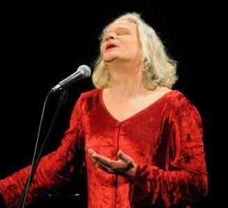 Georgette Dee czaruje głosem, gestem, poczuciem humoru.