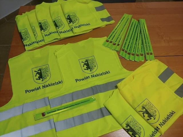 250 kamizelek odblaskowych i 400 opasek otrzymali nakielscy policjanci ze Starostwa Powiatowego w Nakle