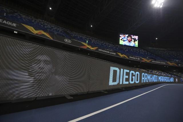 Nie będzie nadużyciem, jeśli napiszemy, że Neapol był drugą ojczyzną Diego Maradony. To dzięki zmarłemu w środę byłemu piłkarzowi Napoli zdobyło swoje dwa jedyne jak dotąd mistrzowskie tytuły Włoch. Po śmierci idola nazwa stadionu San Paolo została zmieniona na stadion Diego Armando Maradony. Przed i w trakcie czwartkowego meczu w Lidze Europy hołd Argentyńczykowi oddali kibice miejscowego klubu. Zobacz wyjątkowe zdjęcia i filmy.