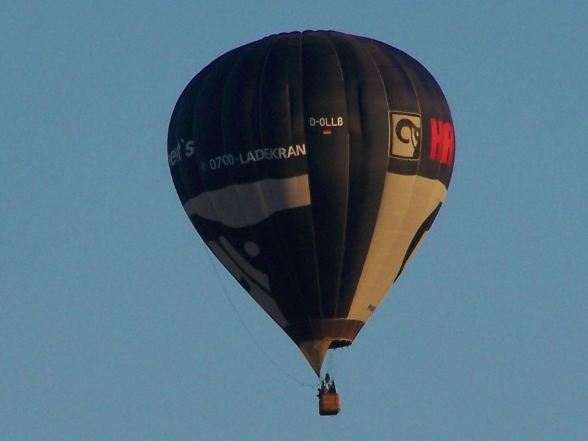 Na adres alarm@gp24.pl otrzymaliśmy od internauty Adama zdjęcia balonu, który przeleciał przed godziną 20 nad Słupskiem.