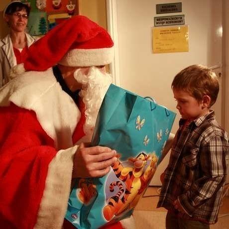 Dzieci w DSK odwiedził św. Mikołaj. Żadne nie dostało rózgi. Święty wszystkich obdarował paczkami. Te w zamian zaśpiewały mu piosenkę albo wyrecytowały wierszyk.