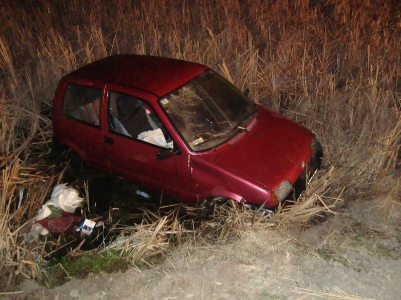 Auto wpadło do mokradła. W nocy wyciągali go strażacy