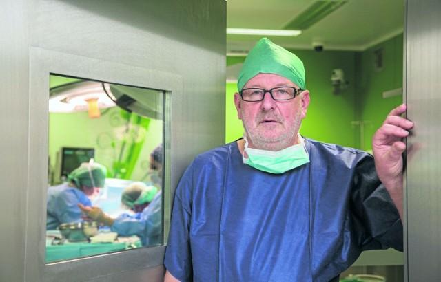Prof. Andrzej Matyja przed salą operacyjną