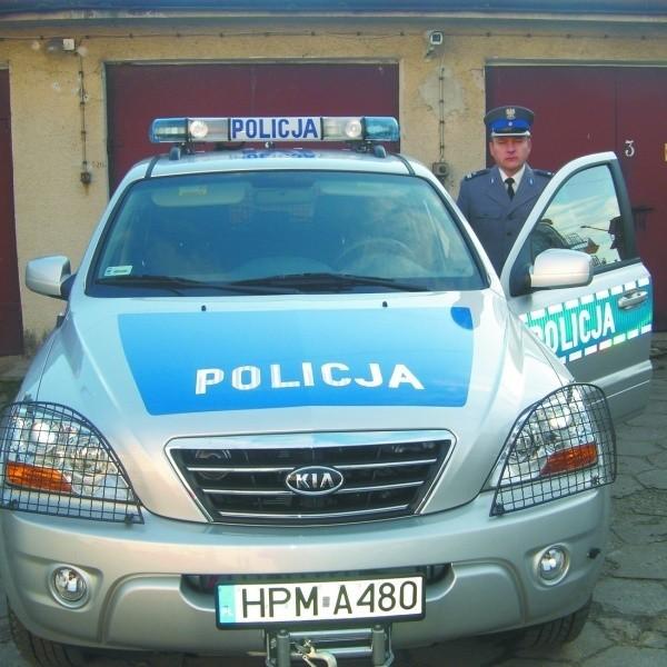 Komendant Grycuk przy nowym nabytku łapskich policjantów