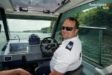 Rybnik. Policjanci z łodzi patrolują Zalew Rybnicki. Wypatrują osób potrzebujących pomocy i lekkomyślnych pływaków. Dbają o bezpieczeństwo
