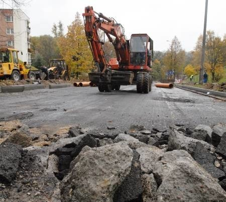 Mieszkańcy os. Staszica skarżą się na rozkopane chodniki w kierunku ul. Słowiańskiej. Urzędnicy obiecali nam, że wyjaśnią sprawę.