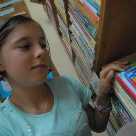 """Kornelia Koziej właśnie wyszukała książkę dla siebie. - To """"Detektyw Kwiatkowski na tropie"""" - mówi."""