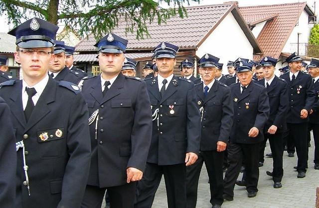 W czasie jubileuszu strażacy przemaszerowali przez wieś