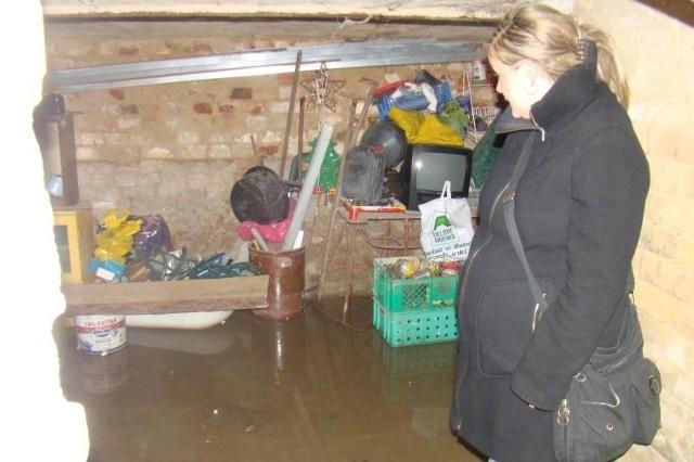 - Od kiedy prowadzona jest budowa, woda zalewa nasze piwnice - mówi Agnieszka Bilon