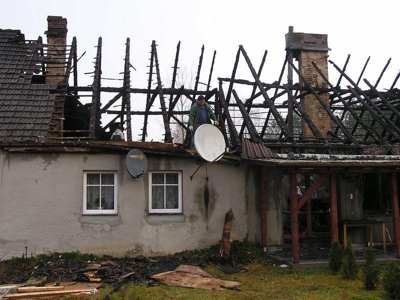W nocy wybuchl pozar w budynku dwurodzinnym w Jutrzence, gmina Borzytuchom. Okolo drugiej lokatorzy poczuli dym wydobywający sie z poddasza. Zaalarmowali straz pozarną.