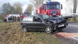 Zderzenie peugeota z volkswagenem. Dwie osoby ranne (zdjęcia)