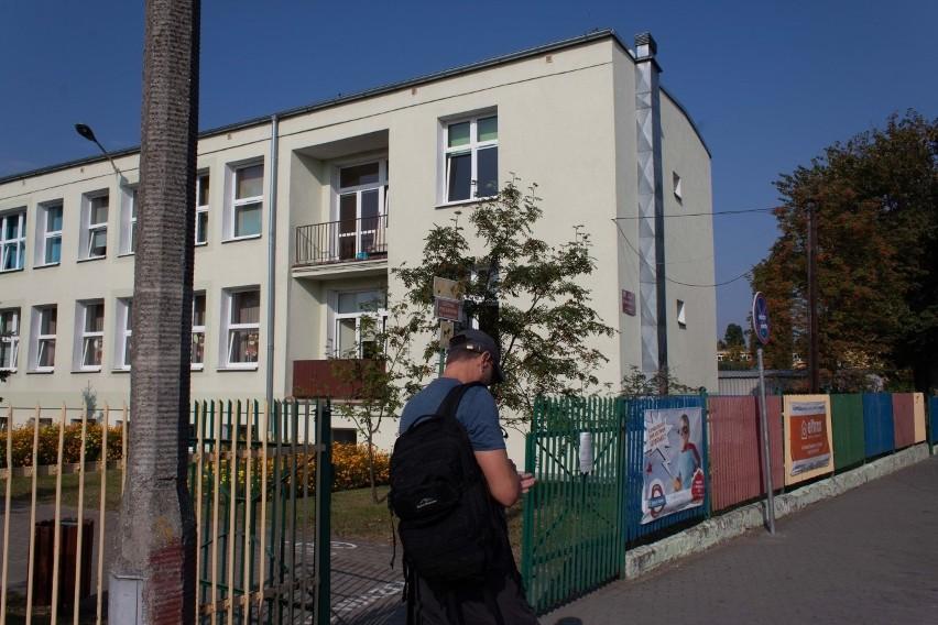 W związku z pandemią koronawirusa każda szkoła musiała przygotować tak zwane izolatoria. W SP nr 7 w Toruniu, która funkcjonuje w dwóch budynkach przy ul. Bema i Morcinka, takie miejsca są w każdym z gmachów