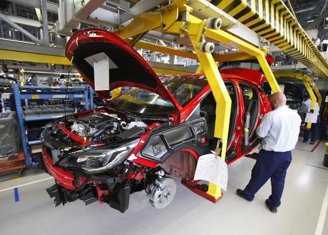 Polacy kupują coraz więcej nowych samochodów.