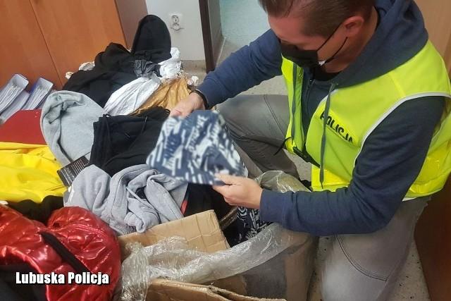 Zielonogórscy policjanci zatrzymali dwie osoby, które na terenie miasta handlowały podrabianą odzieżą.
