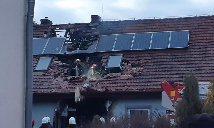Do pożaru domu jednorodzinnego doszło w sobotę, 22 lutego, w miejscowości Pieski (powiat międzyrzecki). Jego powodem mogło być prawdopodobnie zwarcie instalacji elektrycznej. Na szczęście w wyniku pożaru nikt nie ucierpiał. Na fotografiach widać jednak, że część dachu jest zniszczona. W walce żywiołem uczestniczyli strażacy z PSP w Międzyrzeczyu, OSP Kursko oraz OSP Templewo.Zobacz również: Poważna awaria ciepłownicza na Pradze Północ. Zginęło sześć policyjnych psów