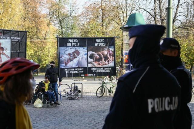 Antyaborcyjne plakaty przedstawiają drastyczne obrazy