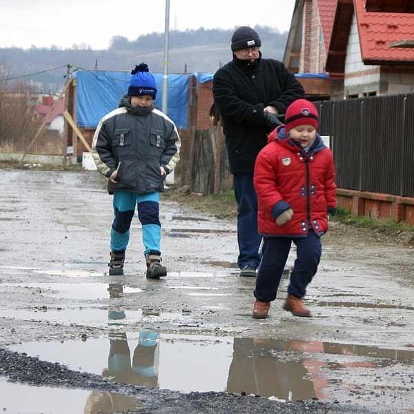 - Dobrze, że tato ma samochód i musimy codziennie skakać przez kałuże - mówią dzieci mieszkańców ulicy Jazowej.