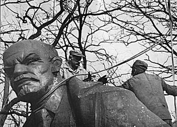 1989 r.: zdemontowany pomnik Włodzimierza Lenina z Nowej Huty w forcie we Wróblowicach. Posąg był tam przechowywany do 1992 r., kiedy kupił go szwedzki milioner Big Bengt Erlandsson za 100 tys. koron. Dziś Lenina można oglądać w miasteczku osobliwości High Chaparral pod Sztokholmem. Fot. archiwum