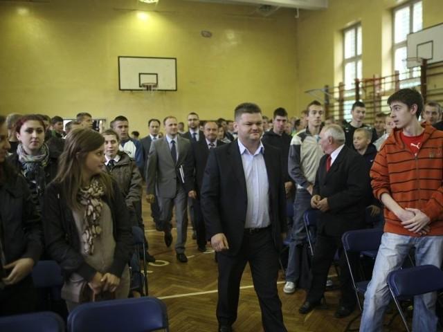 W debacie z politykami z pięciu partii wzięło udział kilkudziesięciu uczniów. Młodzież do swoich poglądów przekonywał m.in. Jarosław Kaczyński (na pierwszym planie) z PJN.