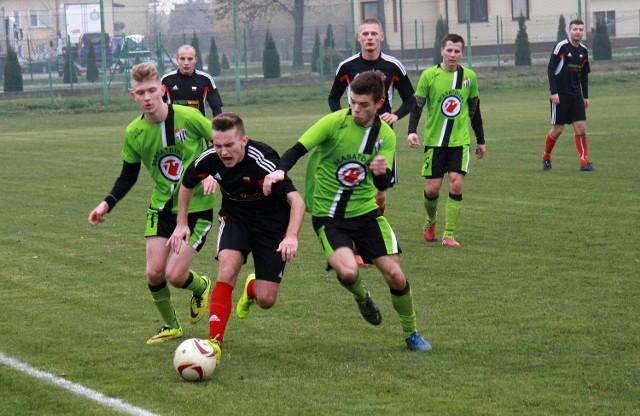Przed ekipą Sokoła Sokolniki (seledynowo-czarne stroje) trudne zadanie i mecz z LKS Pisarowce.