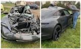 Porsche Taycan Turbo rozbił się koło Sztabina. Auto warte ponad 700 tys zł wbiło się pod przyczepę (zdjęcia)