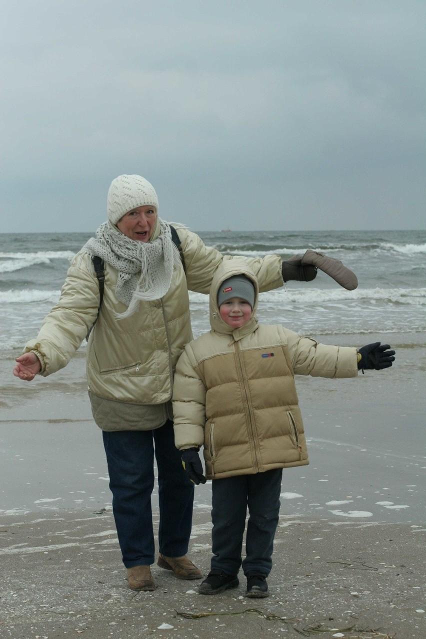 - Świnoujście ma najpiękniejszą plażę w Polsce! - mówi Danuta Polak ze Szczecina odpoczywająca nad morzem z wnukiem Konradem. - Lubię tu przyjeżdżać o każdej porze roku, choćby po to, żeby przejść się brzegiem morza od falochronu do polsko-niemieckiej granicy. Jest zimno, ale nawet w lutym taka przechadzka ma swój niepowtarzalny urok!