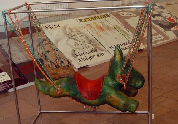 """Prace dyplomowe uczniów """"plastyka""""30 prac - wyroby unikatowe, malarstwo, rysunek i snycerstwo - prezentowanych jest na wystawie w galerii BWA w Krośnie"""