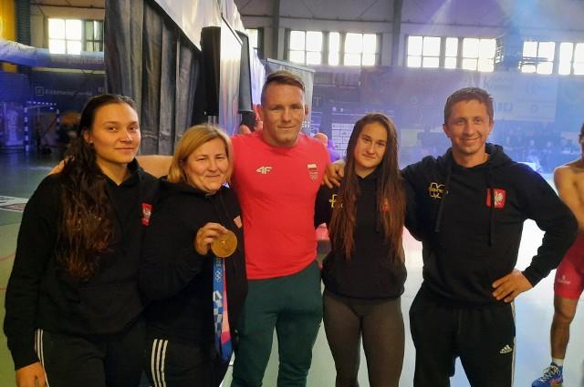 Medalistki Magdalena Kaźmierczak i Paulina Wesół  z Tadeuszem Michalikiem i trenerami Piotrem Górskim i  Agatą Żuromską,