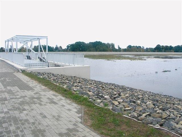 """Woda w zbiorniku """"Kluczbork"""" nie oznacza zakończenia inwestycji. Na razie fachowcy sprawdzają szczelność obiektu. (fot. Anna Wyspiańska)"""