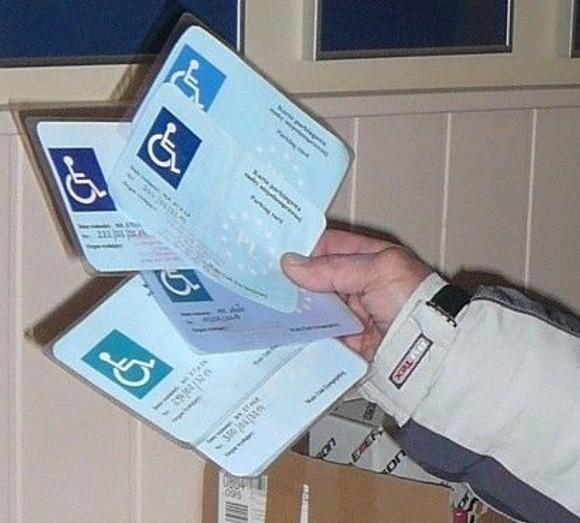 Oto lewe karty inwalidy, które pracownicy SPP odebrali kierowcom nie mającym takich uprawnień.