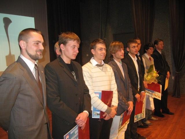 Na wyróżnienia zasłużyli najlepsi sportowcy, którzy wspaniale promowali Strzelce na różnych imprezach. Pierwszy z lewej gość specjalny gali, utytułowany olimpijczyk, Tomasz Kucharski z Gorzowa.