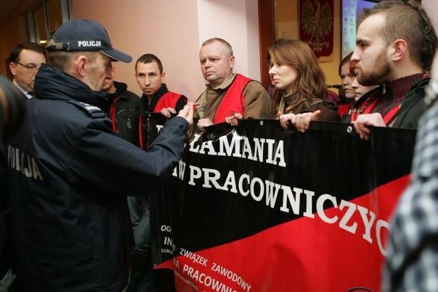 Byli pracownicy kostrzyńskiego szpitala zablokowali sesję powiatu gorzowskiego.