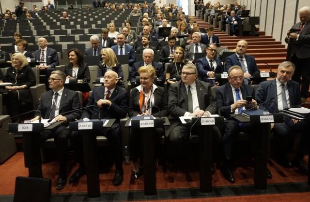 Wszystkie karty są już rozdane i wiadomo, kto w kadencji 2018-2023 będzie w zarządzie województwa wielkopolskiego. Podczas pierwszej sesji sejmiku wybrano marszałka, jego zastępców i przewodniczących. Kto nimi został?Przejdź do kolejnego zdjęcia --->