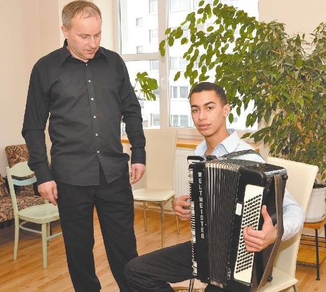 Wiesław Doliński uczy gry na akordeonie. Jednym z jego uczniów jest Bartosz Panasiuk. Obaj twierdzą, że w takich warunkach pracuje się znacznie lepiej